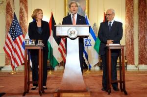 Tzipi Livni and Saeb Erekat flanking John Kerry at the kickoff of the new Israeli-Palestinian peace talks